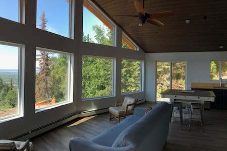 Alaskan log cabin/pano mt+water views/eco-friendly
