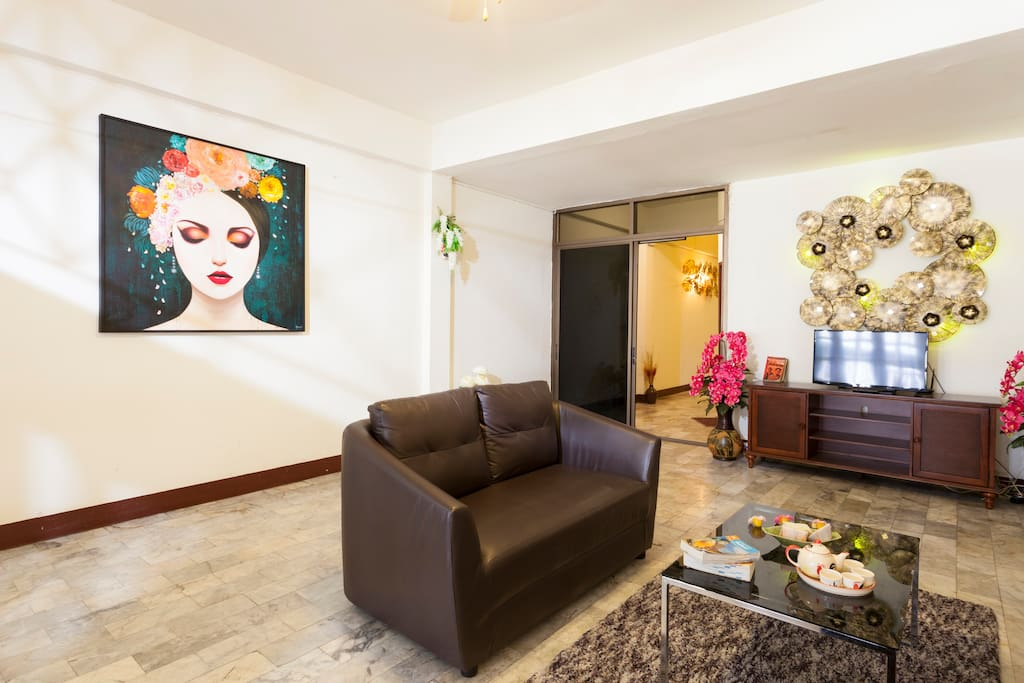 This spacious sitting room & TV lounge provides an excellent oasis to wind down and enjoy a late evening drink in the comfort of several cozy sofas that can sit up to 9 people. Catch up on today's adventures & plan tomorrow's