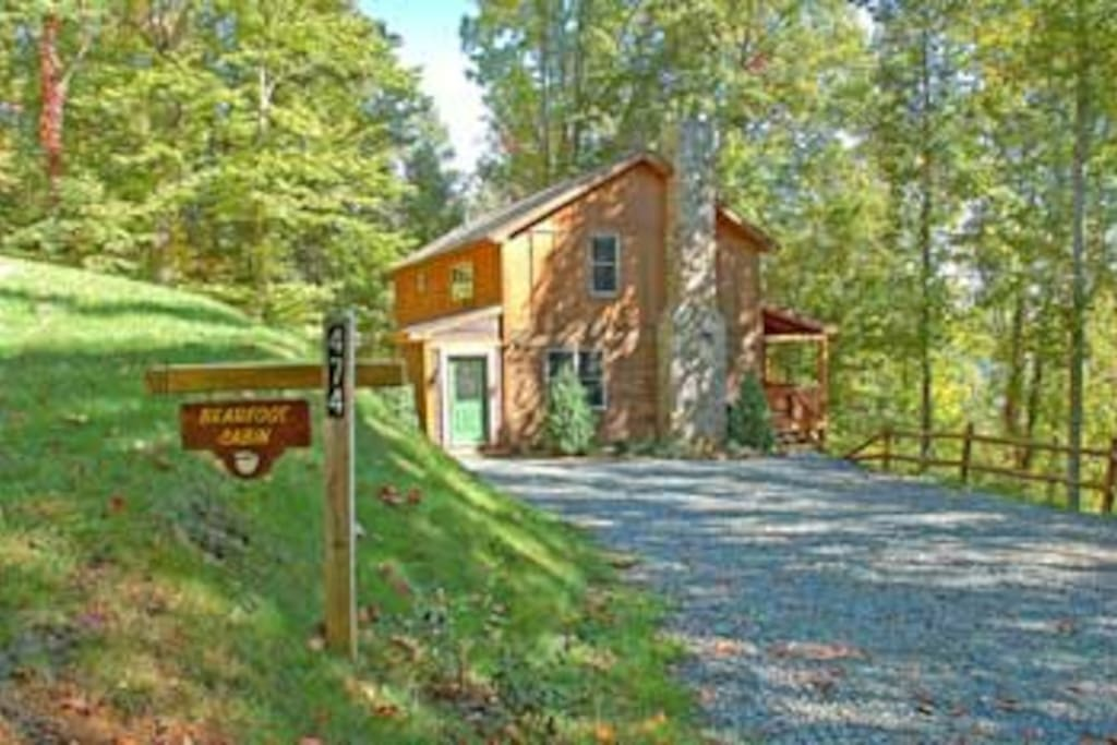 Bearfoot cabin is a modern cabin at 3500 ft in Valle Crusis, near Boone. NC.