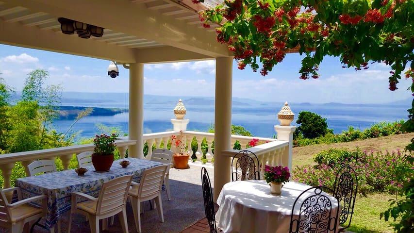 Taal Lake Views - Ataalaya Farmhouse Queen Bedroom