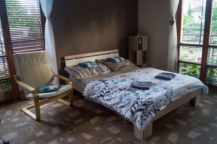 Clean & cozy room in villa house, 20min to center - Praga - Casa