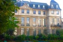 Le musée Picasso devant l'immeuble.