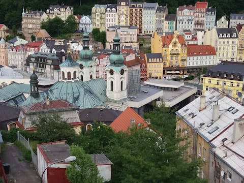 Karlovy Vary dům s výhledem na centrum