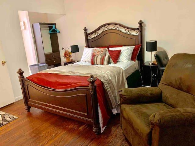 Near Edison Train St. Private one bed room