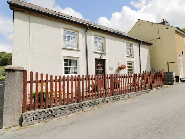 Y BWTHYN, family friendly, with a garden in Bryncrug, Ref 980953