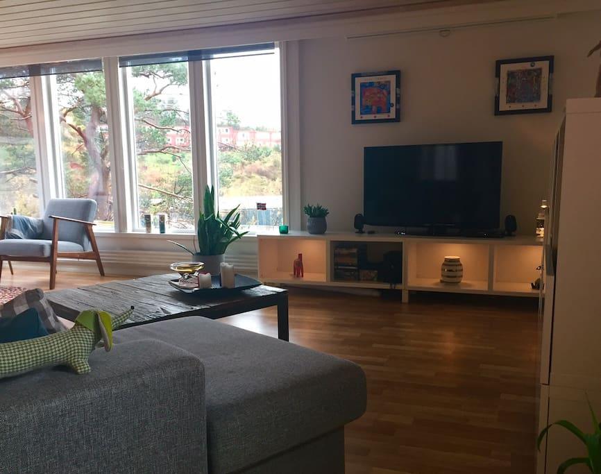 Stuen: Sjeselong foran fjernsynet. AppleTv og parabol tilgjengelig.