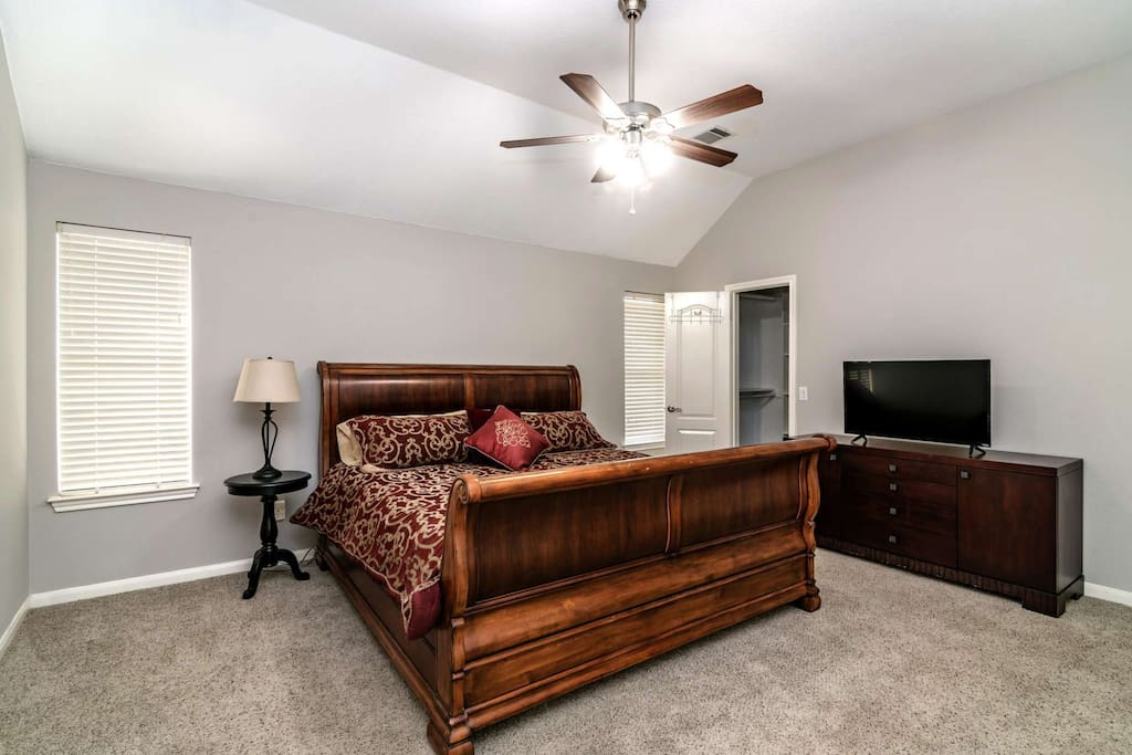 High ceilings, walk in closet, flat screen TV - the works!