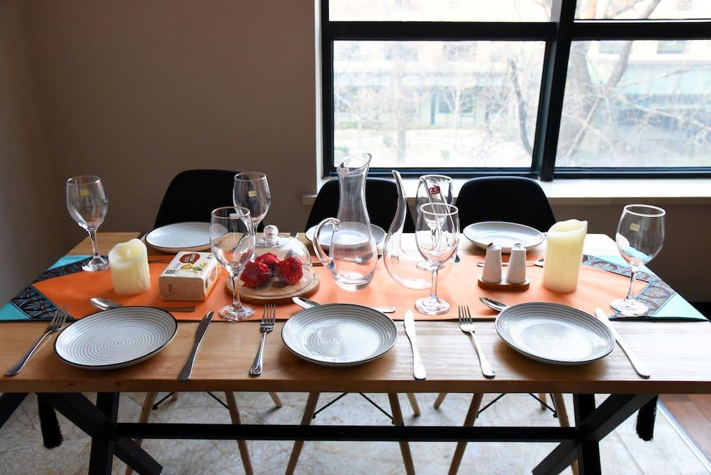 景观就餐区域,提供8人餐具,酒具
