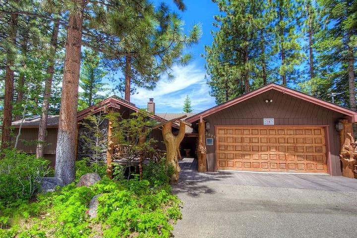 Custom Lake View Home, Pool Table, BBQ, Hot Tub, Decks, Fireplaces (HCH1239)
