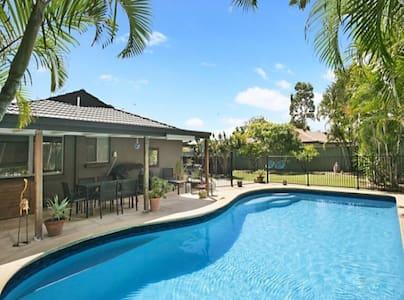 Pool, Sun & Friendly Hosts - Mermaid Waters - 단독주택