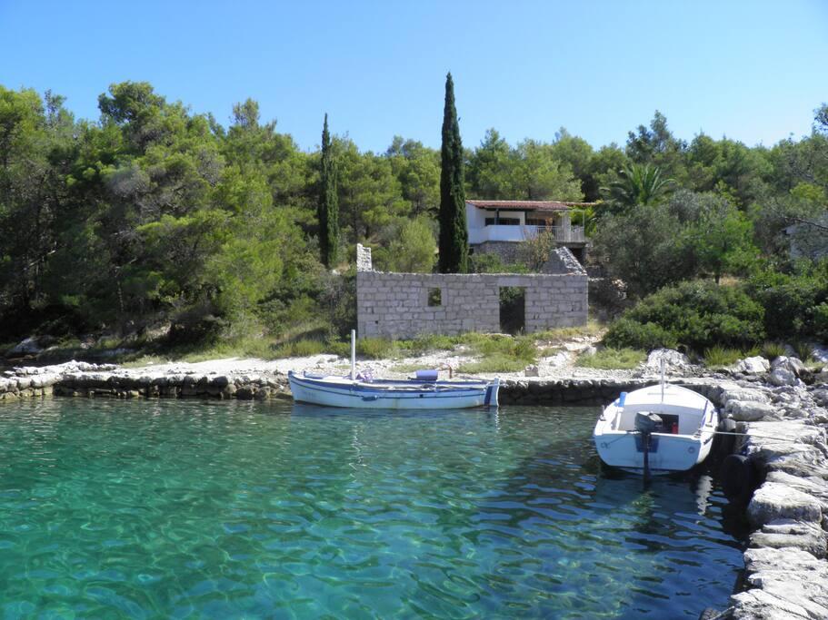 lučica za privez brodica , stara ribarska kuća i kuća iznad nje