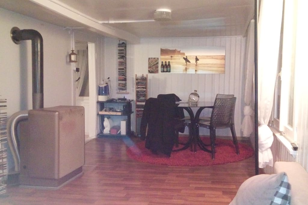 Wohnraum mit Tisch für 4 Personen