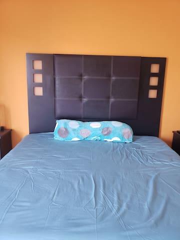 Recámara 2 es la principal de la casa.m, con closet +  Cama king size + un colchón inflable y su baño exclusivo.  Precio especial.