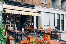 Un Bagel? Vous trouverez un petit shop de quartier pour succomber à toutes vos craving de Bagel à 10 minutes de marche du logement.  http://www.bagelstlo.com/