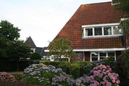 Sfeervolle hoekwoning in Huizen - Huizen - Talo