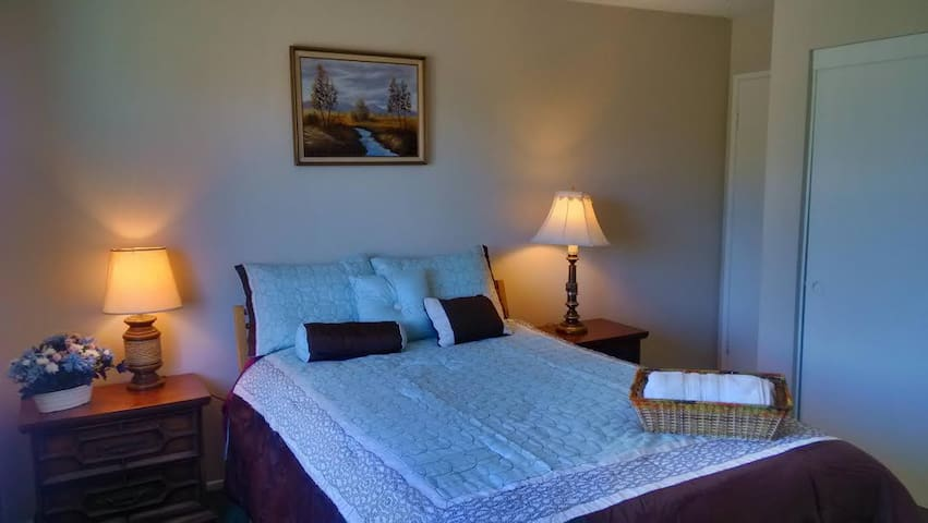 Cozy Room: Comfortable Bed and Nice Yard View - Fountain Valley - Ház
