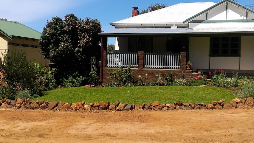 Central 2 bedroom country cottage - Bridgetown - House