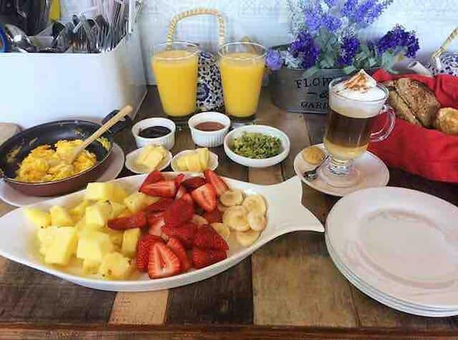 Ricos desayunos de nuestra cafetería. Pedir con anticipación. / Cobro extra
