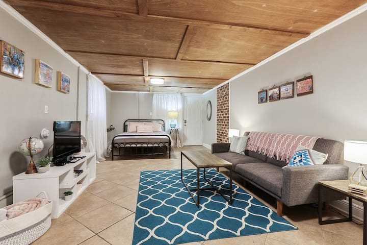 Cozy & Clean Studio Walkable to Canal Streetcar!