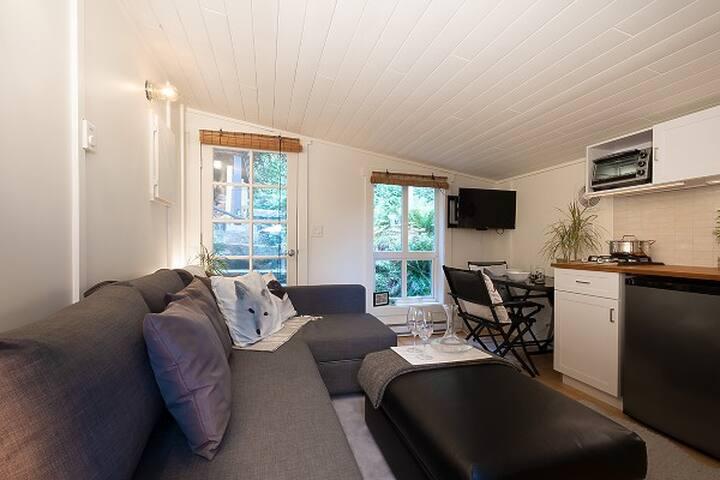 Rainforest suite, outdoor fireplace, friendly deer