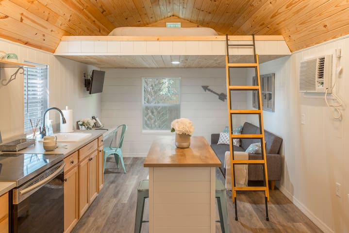 The Tiny House - New, Clean & Comfy - EV Charging