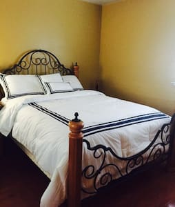 BEAUTIFUL ROOM WITH QUEEN BED