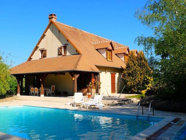 Grande maison familiale avec piscine et billard