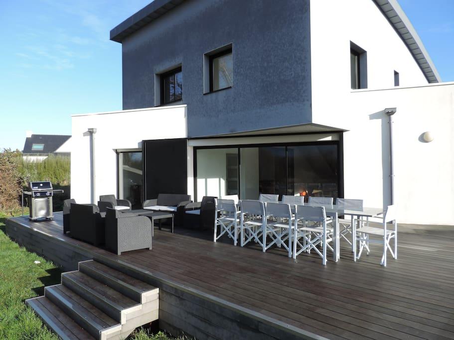 La terrasse (60m²). Table pour 10, salon de jardin pour 8, barbecue et 5 transats