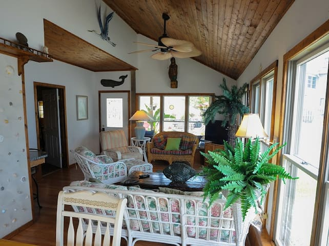 Gorgeous 3 BR Groundfloor Seconds To Beach