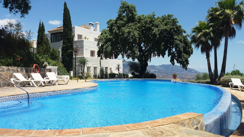 Relax this summer in a luxury complex in Marbella