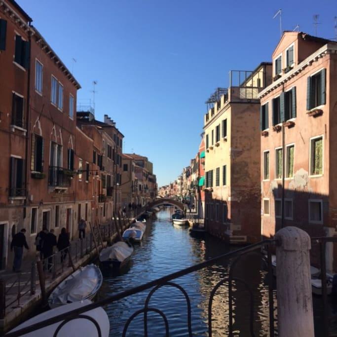 veduta esterna casa con canale S.Anna