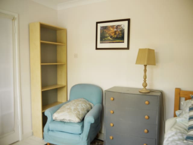 Bedroom with chest of drawers