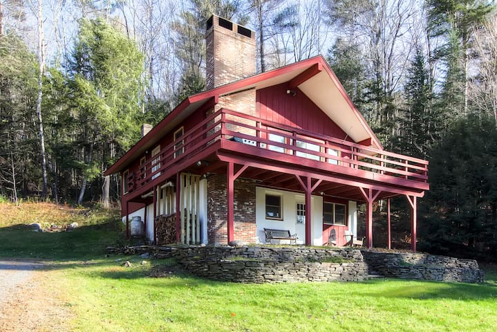 Sweet Life - Vermont Chalet - 6 person Indoor Hot Tub - 15 min to Killington - Pittsfield - Rumah
