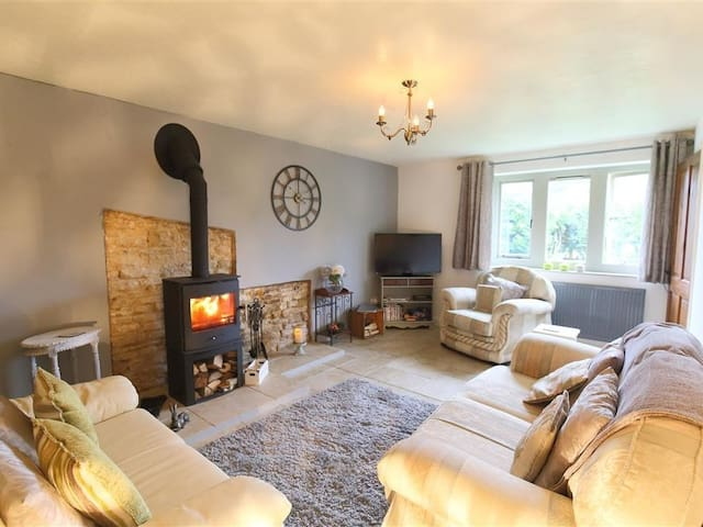 HONEYSTONE COTTAGE, with open fire in Moreton-In-Marsh, Ref 988788