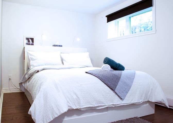 Bedroom (queen)/ Chambre (grand lit)