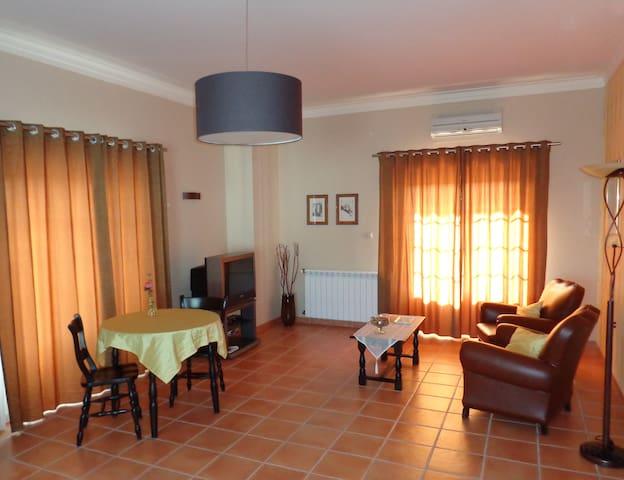 A Verdade - ruime gastenkamer met zithoek - Alvaiade - Bed & Breakfast