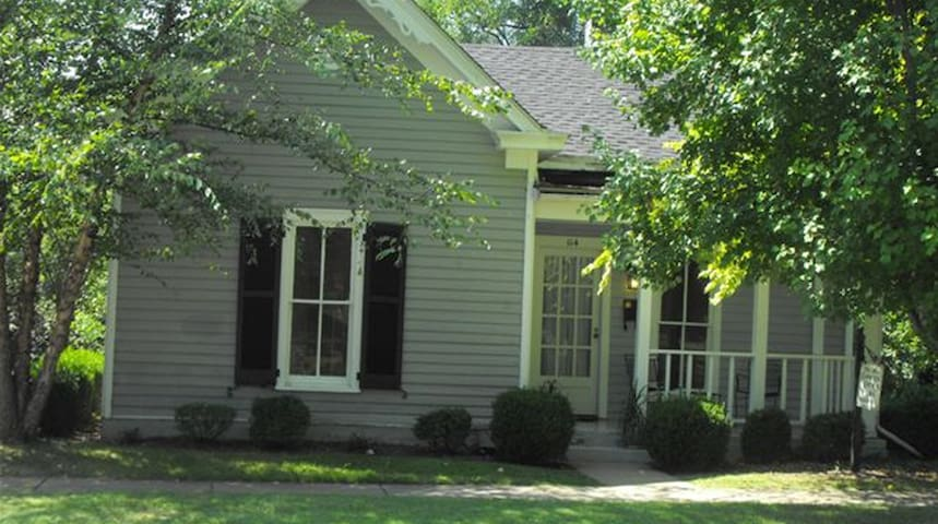 Pioneer Park Cottage, 2 BR/Patio, Downtown