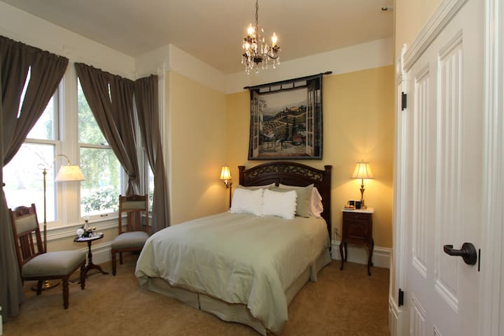 Hennessey House Bed and Breakfast - Vintner's  Trellis