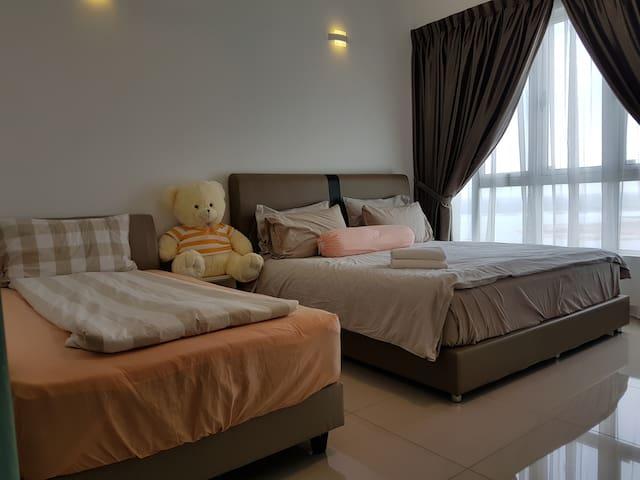2 Bedrm 2 Bathrm SeaView High fl (WiFi) @Tropez R - Johor Bahru - Condominium
