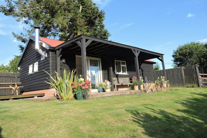 Coastal Escape-Rural private lodge with woodburner