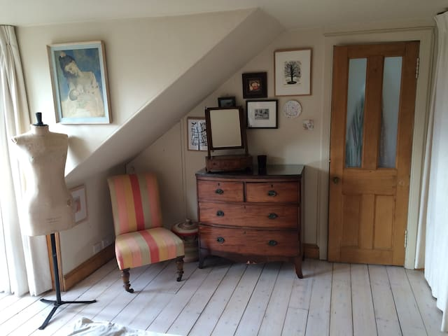 Bright arty ensuite room in village-y Stockbridge - Edinburgh - House