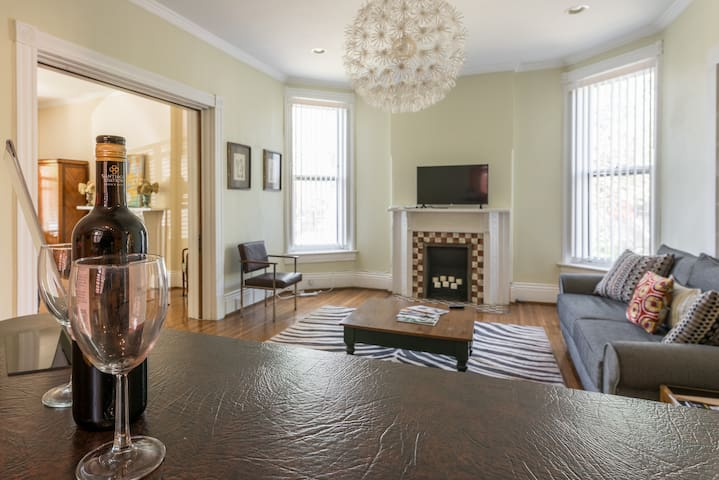 Open and spacious with complimentary Netflix access, 2 beds, and a pullout - Walking distance to the best bars & restaurants in Louisville & only a short drive to top attractions in Downtown Louisville & Churchill Downs, home of the Kentucky Derby.