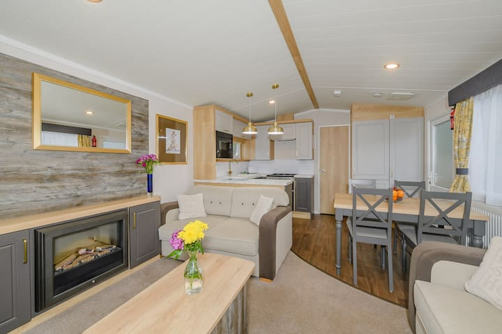 Fabulous 2-Bedroom Caravan at Devon Valley