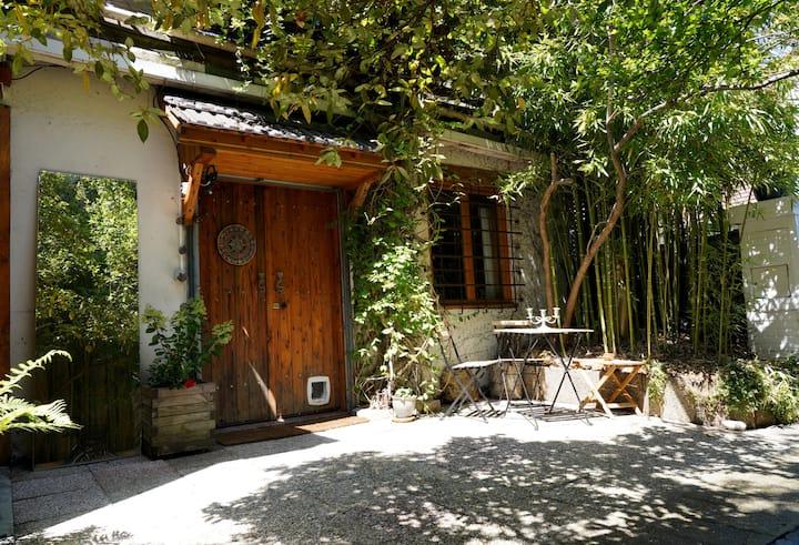 Joli studio au milieu d'une cour calme et arborée.