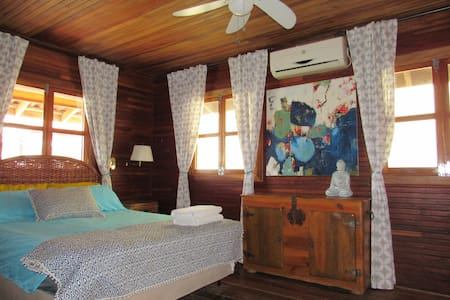 Private Queen Suite in town with ensuite and A/C! - Bocas del Toro Province - Haus