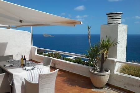 Coqueto apartamento sobre el mar