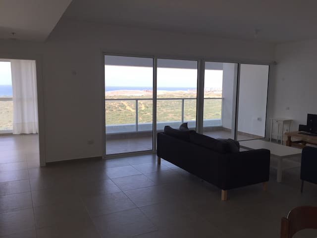 Beautiful 3-bed condominium by the beach