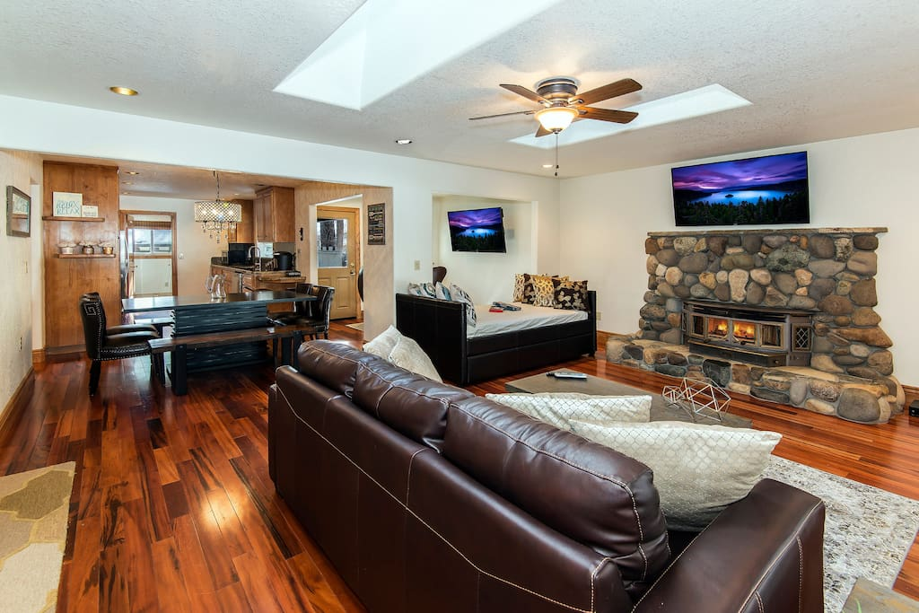 Comfortable living room with large HD TV + Netflix