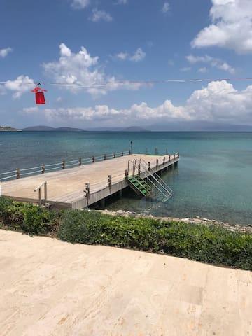 Çeşme Boyalık kendi plajı olan 2+1 tamamen yeni E1