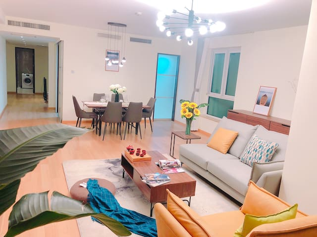 客厅 朝向:南向 风格:简约现代 配置:65寸液晶电视、三人位沙发➕单人位沙发、电器柜及茶几下方有多个收纳格简约设计且实用性强 餐厅 朝向:东南向 配置:6人位餐椅